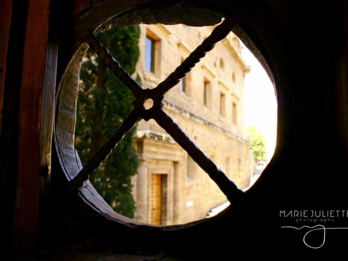 {:es}Entre Puertas y Ventanas{:}{:en}Through Doors and Windows{:}
